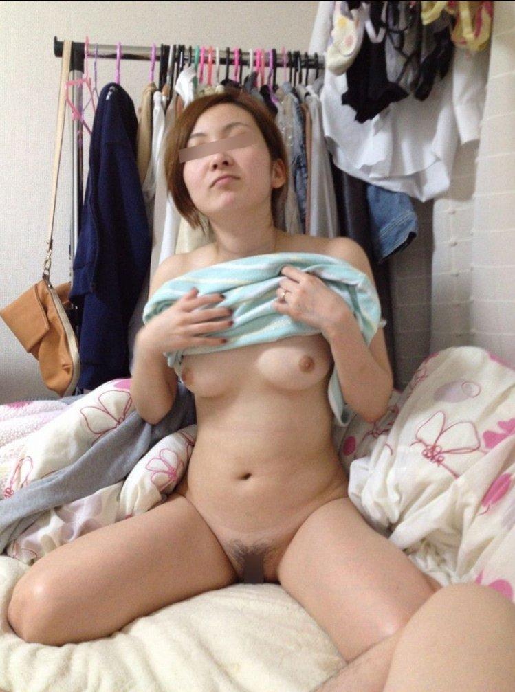 素人女性がヌードになって部屋でくつろぐ (7)