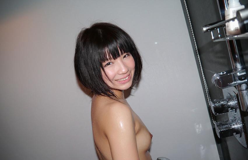 ショートヘアの女性が裸になる (11)