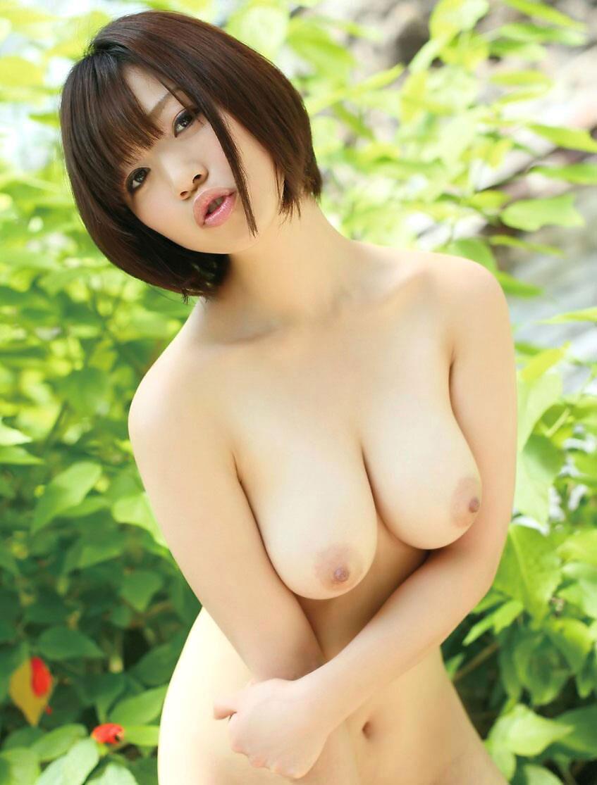ショートヘアの女性が裸になる (6)
