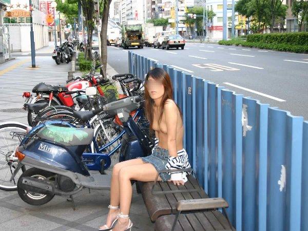 街の中で野外露出を楽しむ素人さん (3)