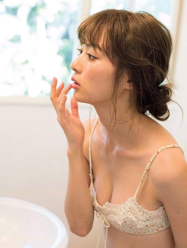 水着やセミヌードも披露する女優、内田理央 (6)