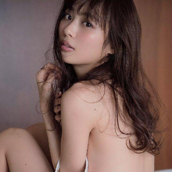 水着やセミヌードも披露する女優、内田理央 (1)