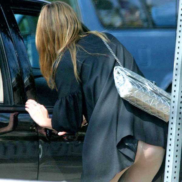 スカートが捲れてパンツが丸見え (8)