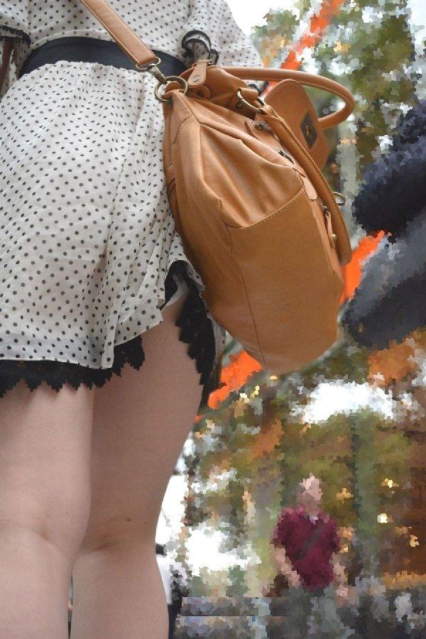 スカートが捲れてパンツが丸見え (2)