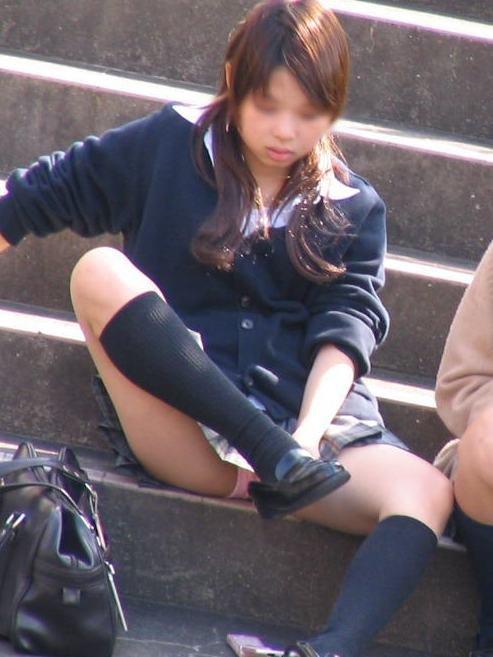 制服のスカートからパンチラしてる (16)