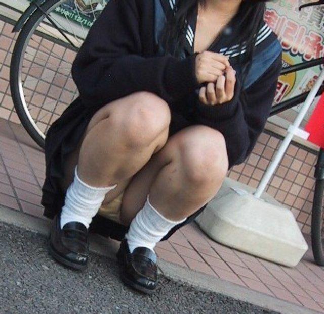 制服のスカートからパンチラしてる (18)