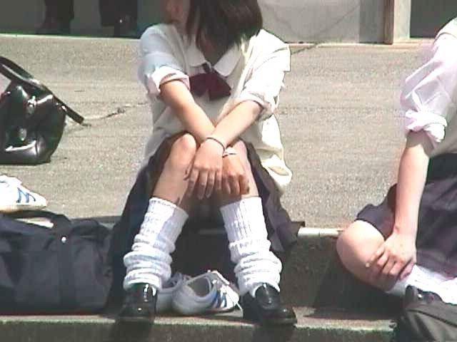 制服のスカートからパンチラしてる (9)