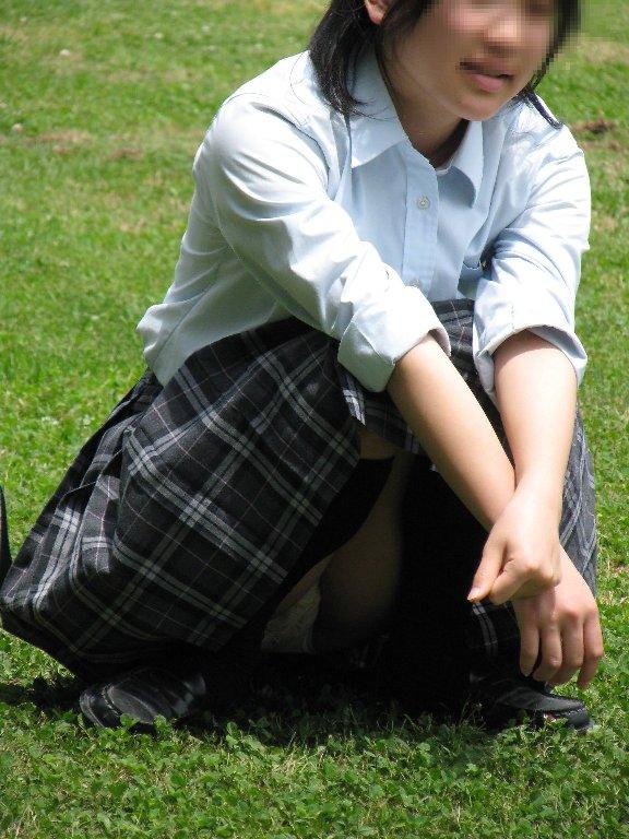 制服のスカートからパンチラしてる (7)