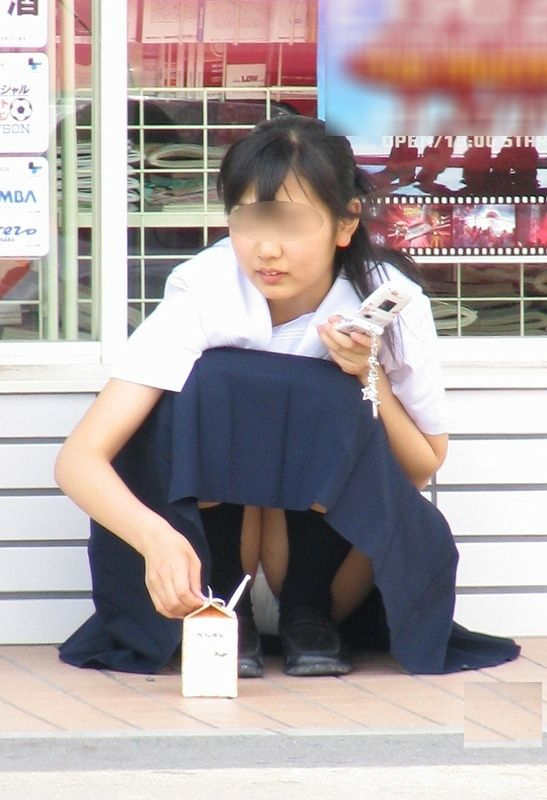 制服のスカートからパンチラしてる (2)