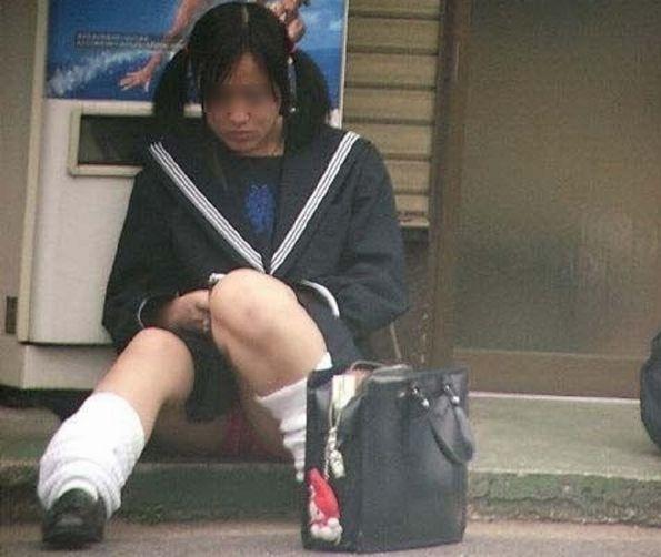 制服のスカートからパンチラしてる (14)