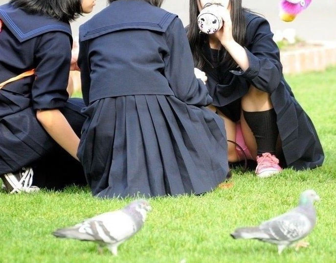 制服のスカートからパンチラしてる (4)