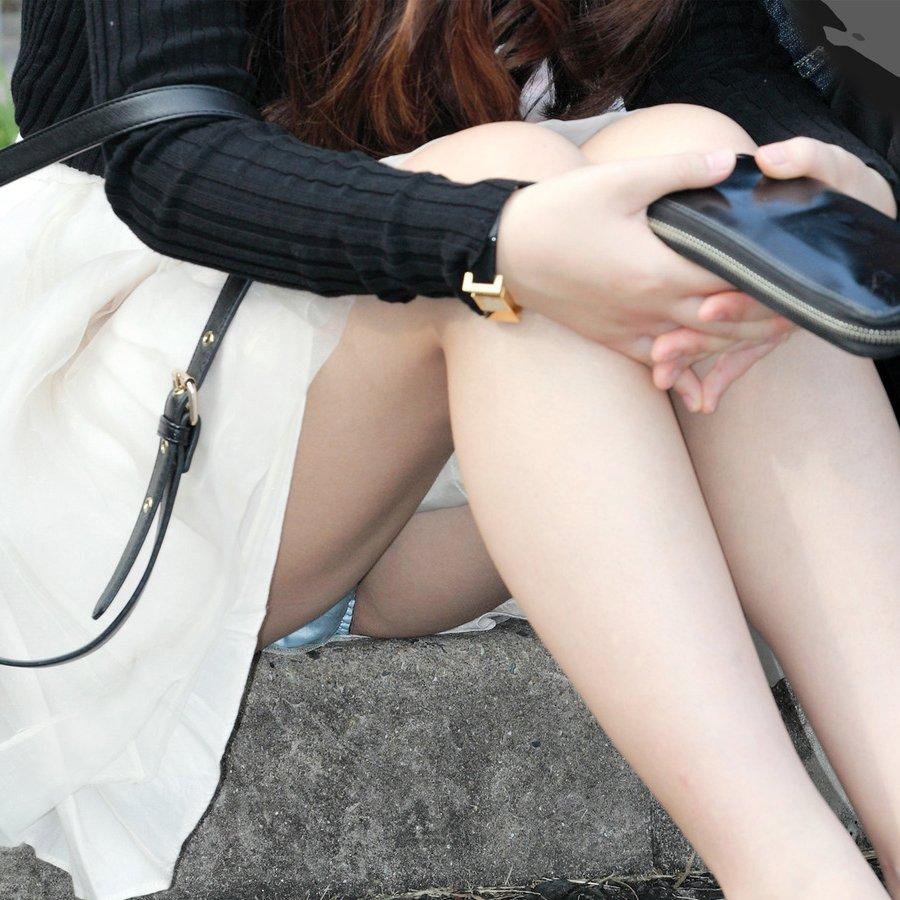 座るとパンチラしちゃう素人さん (1)
