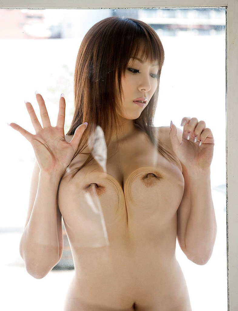 ガラスで変形してる美乳と乳首 (4)