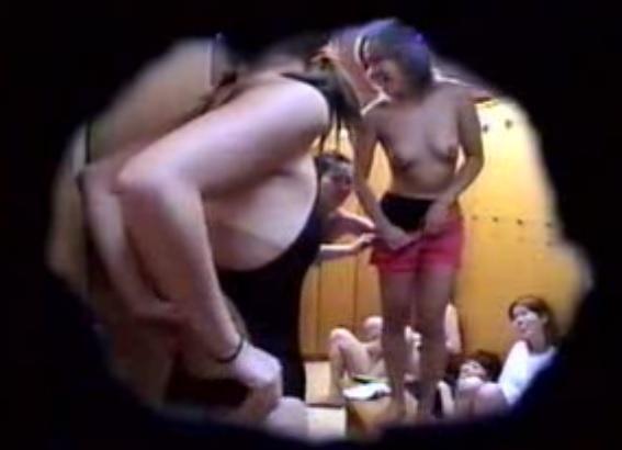 脱衣中で下着姿や全裸姿の素人さん (15)