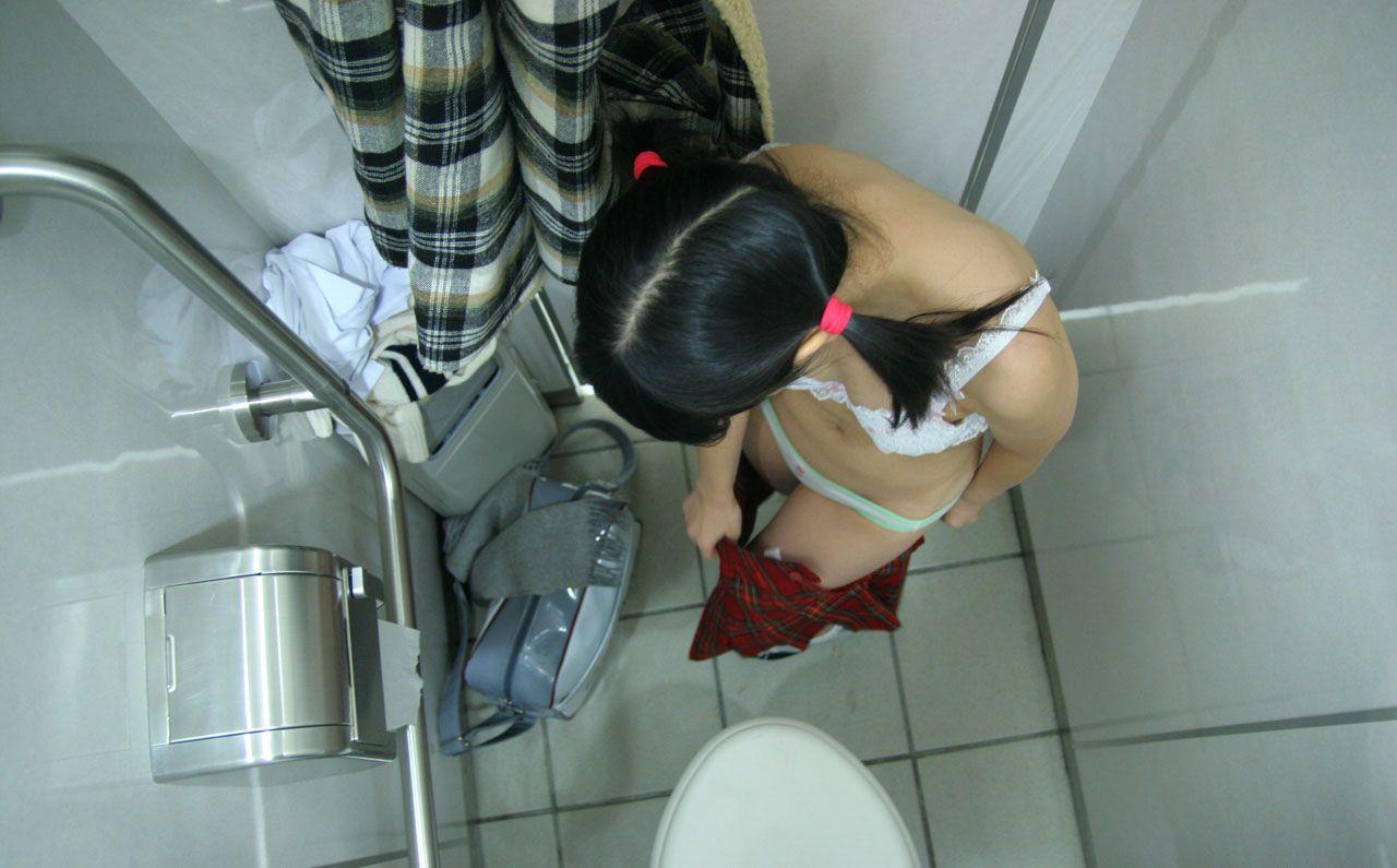 脱衣中で下着姿や全裸姿の素人さん (20)