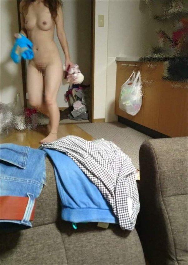 彼女や嫁の全裸姿を自宅で撮影 (8)