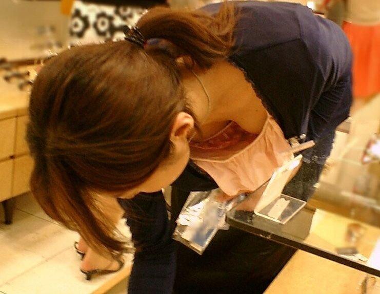 店員の胸元から胸チラ (2)