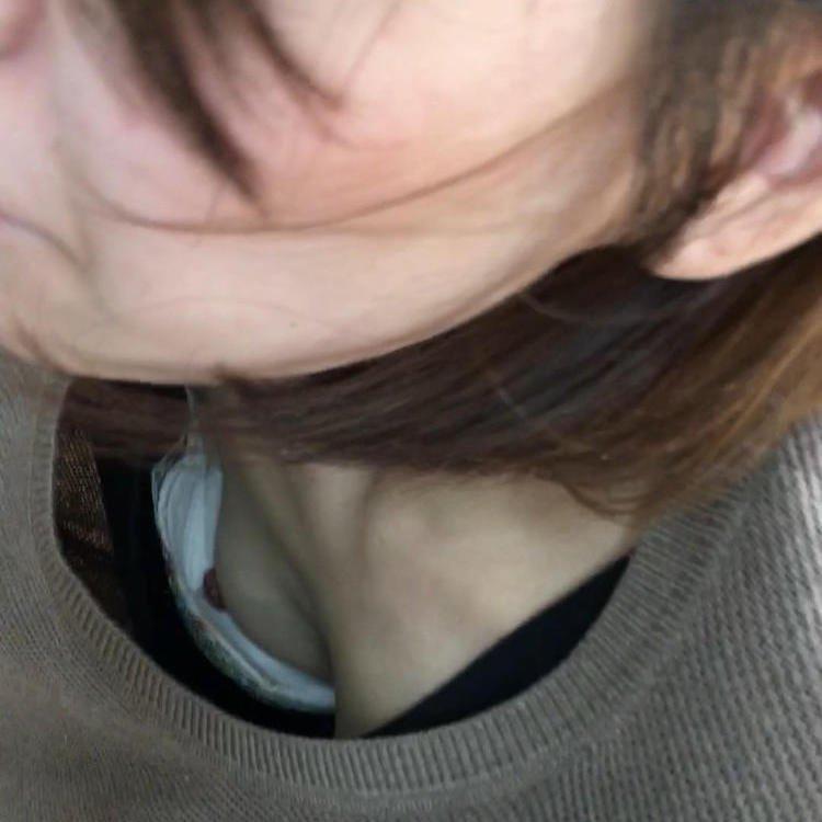店員の胸元から胸チラ (1)