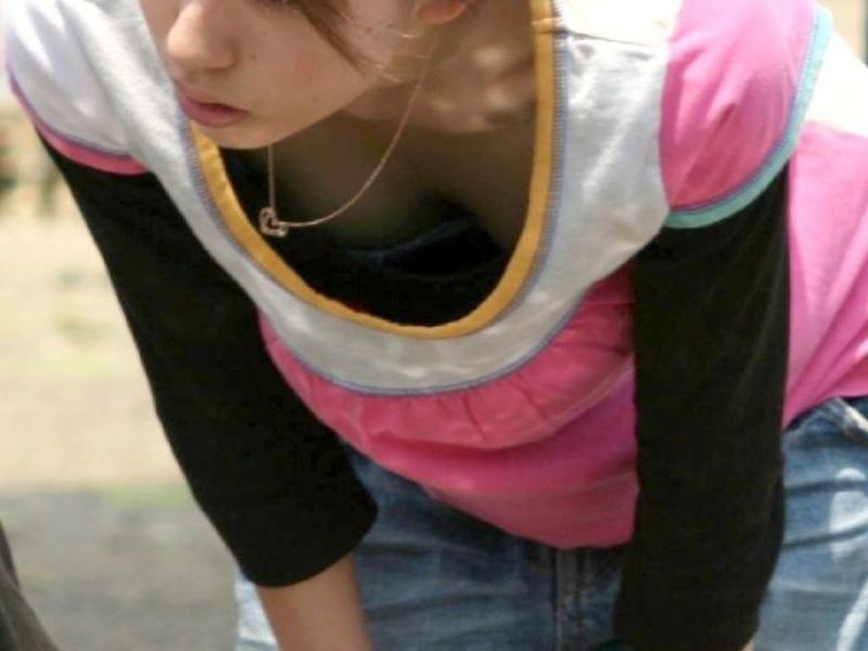 おっぱいまで写っちゃった胸チラ写真 (15)