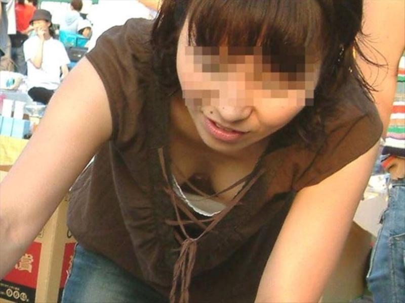 おっぱいまで写っちゃった胸チラ写真 (11)