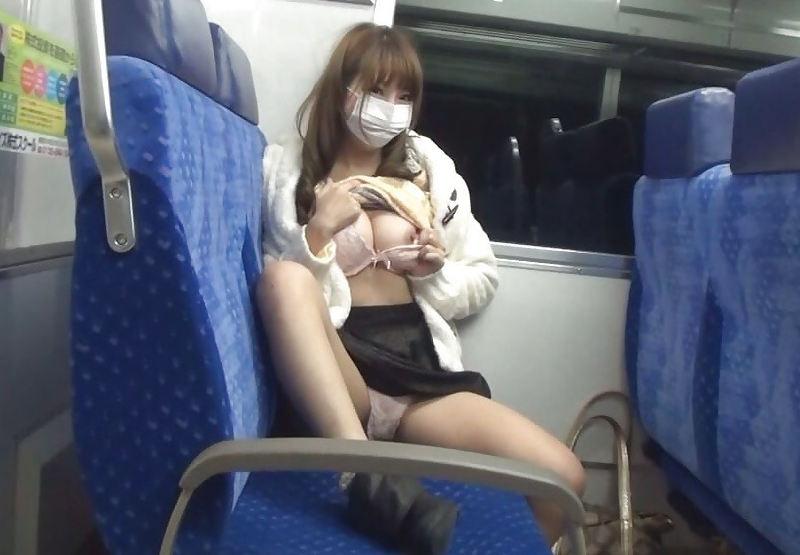 電車の中で裸になっちゃう変態女性 (8)