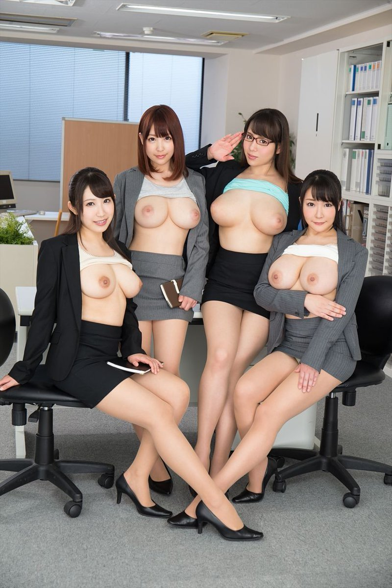 おっぱいを出した美女の集団 (8)