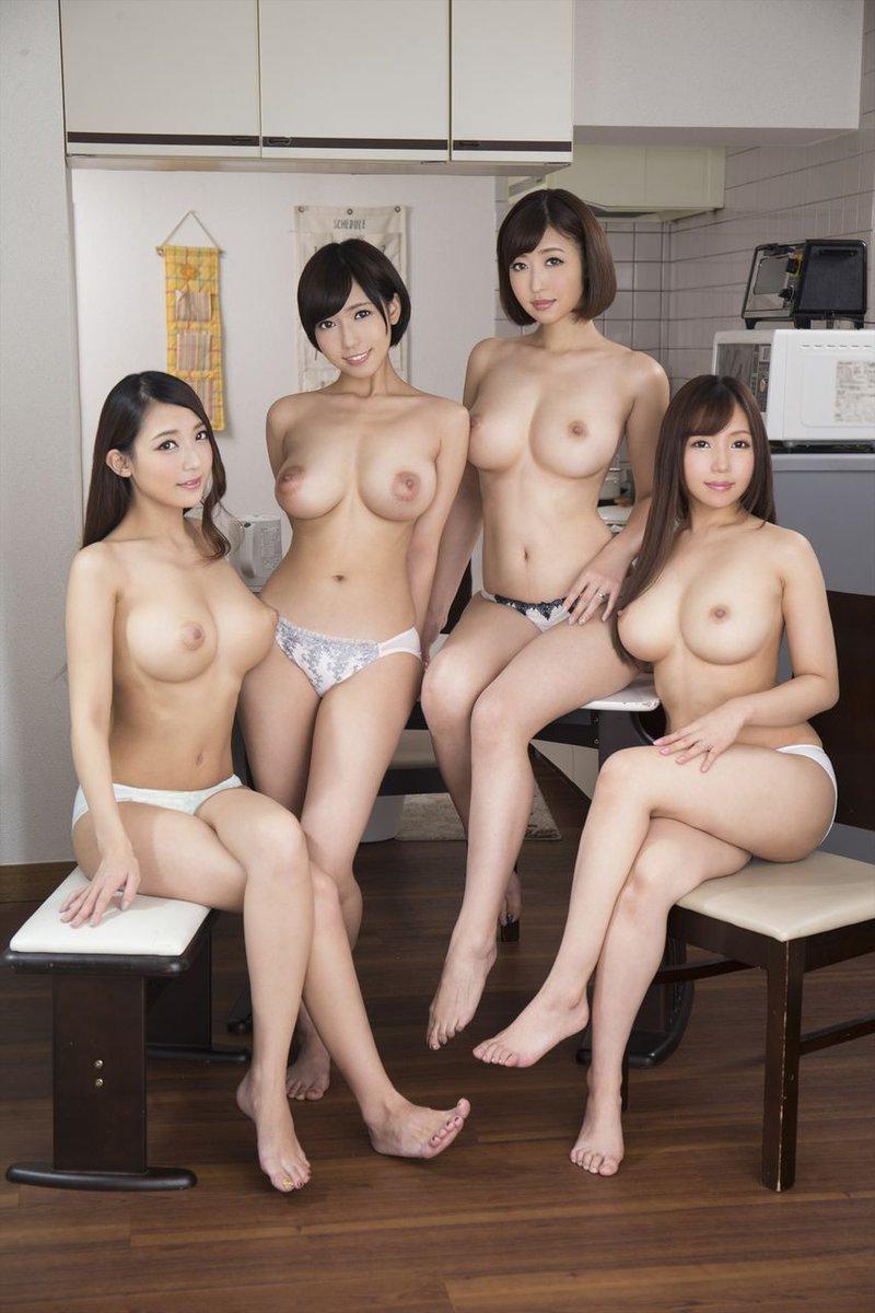 おっぱいを出した美女の集団 (4)
