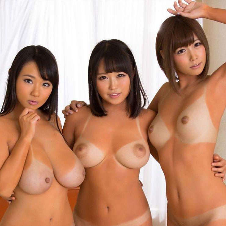 おっぱいを出した美女の集団 (1)