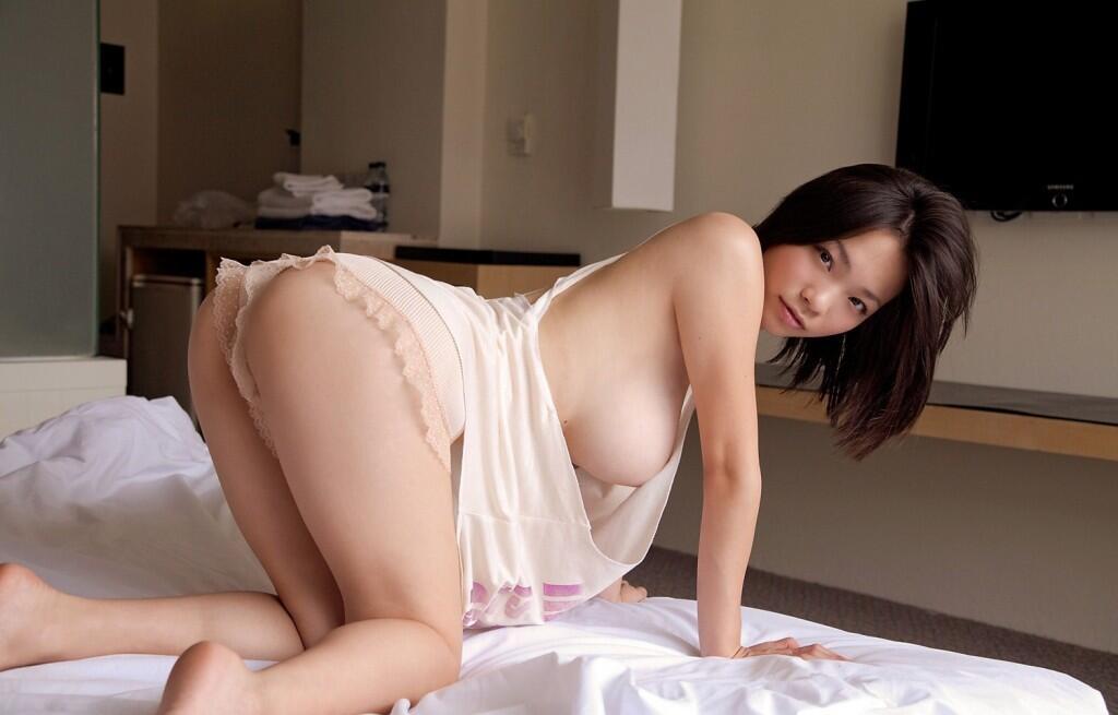 Tバック姿で美尻を見せる女性 (9)