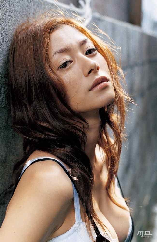 美人女優のセミヌード、真木よう子 (2)