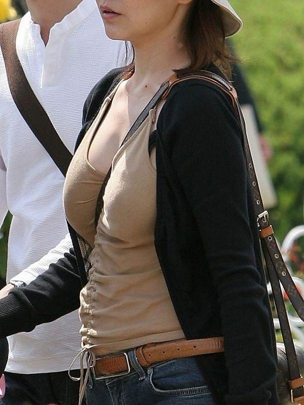 パイスラッシュしてる素人さんの胸元 (16)