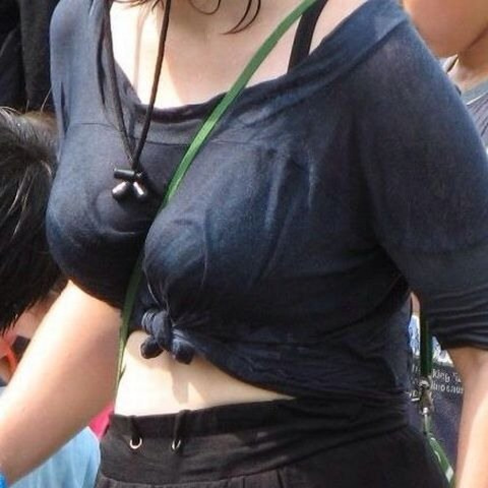 パイスラッシュしてる素人さんの胸元 (1)