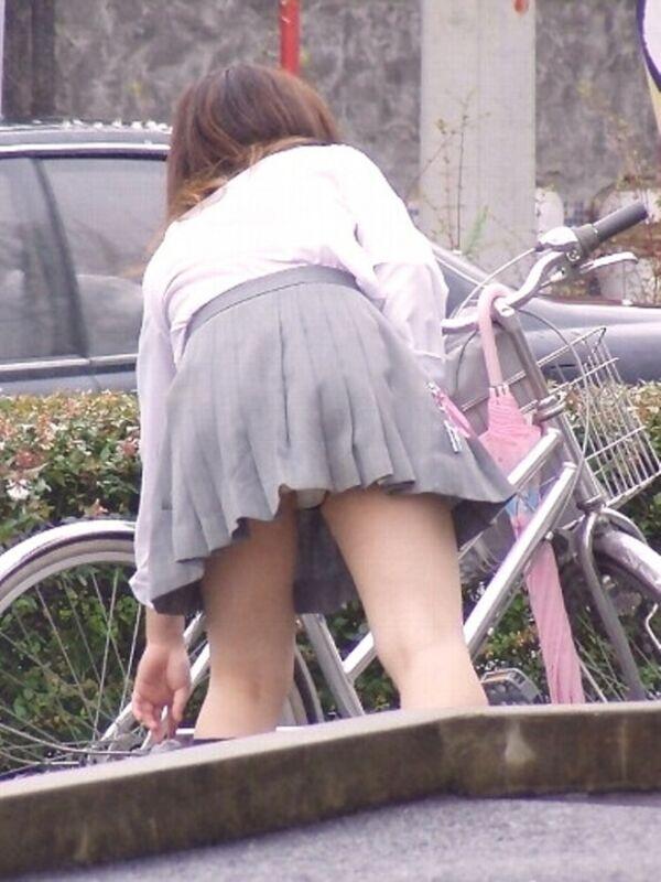 制服のスカートからパンツが丸見え (18)