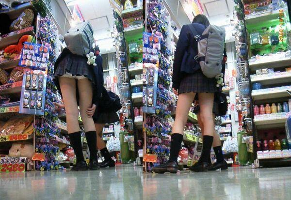 制服のスカートからパンツが丸見え (12)