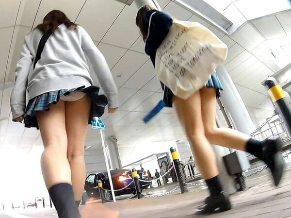 制服のスカートからパンツが丸見え (6)