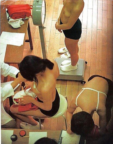 おっぱい丸出しで診察されてる素人女性 (12)