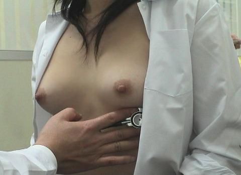 おっぱい丸出しで診察されてる素人女性 (13)