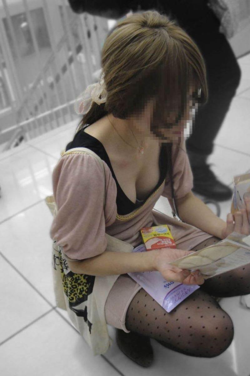 巨乳女性の豪快な胸チラ (17)