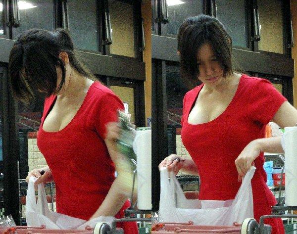 巨乳女性の豪快な胸チラ (8)