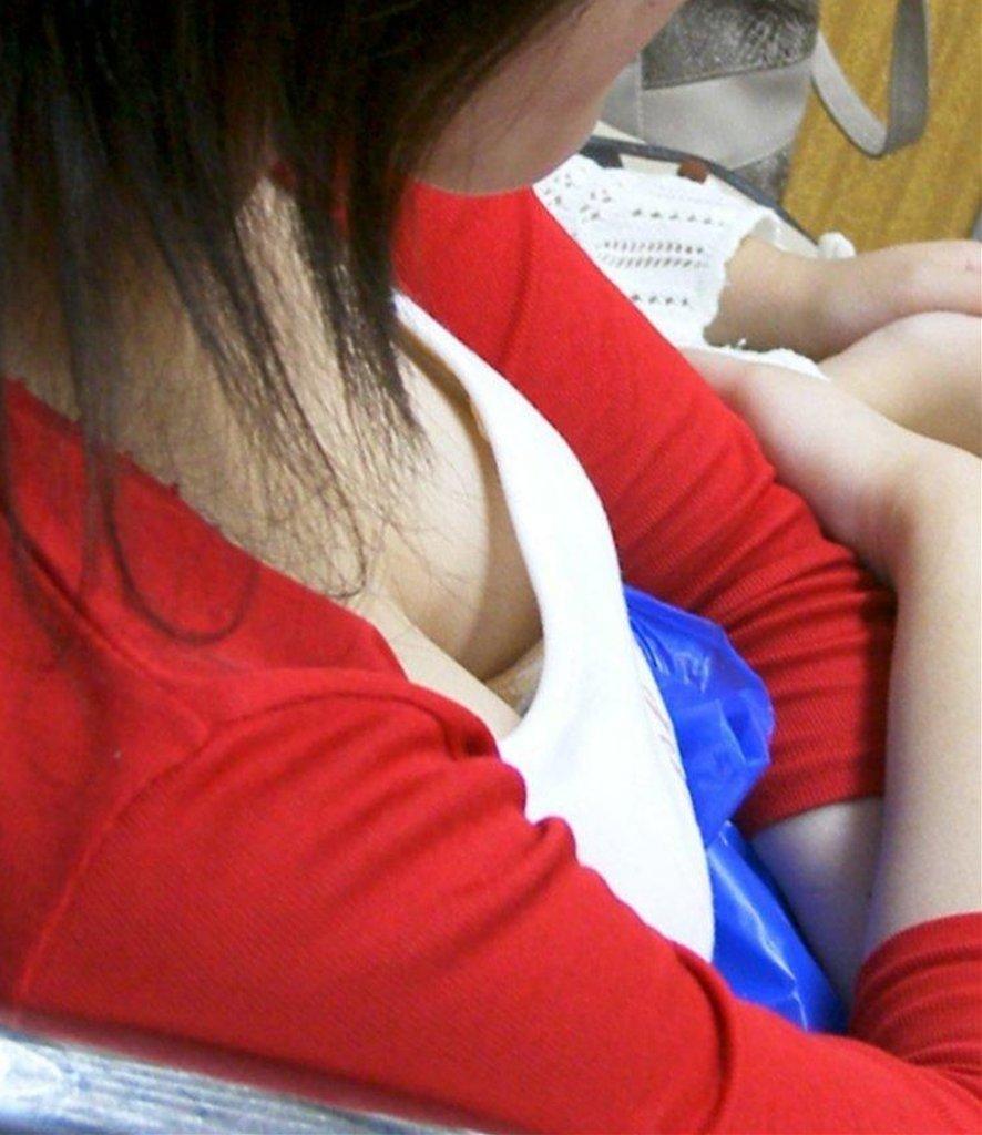 圧巻の巨乳胸チラ (16)