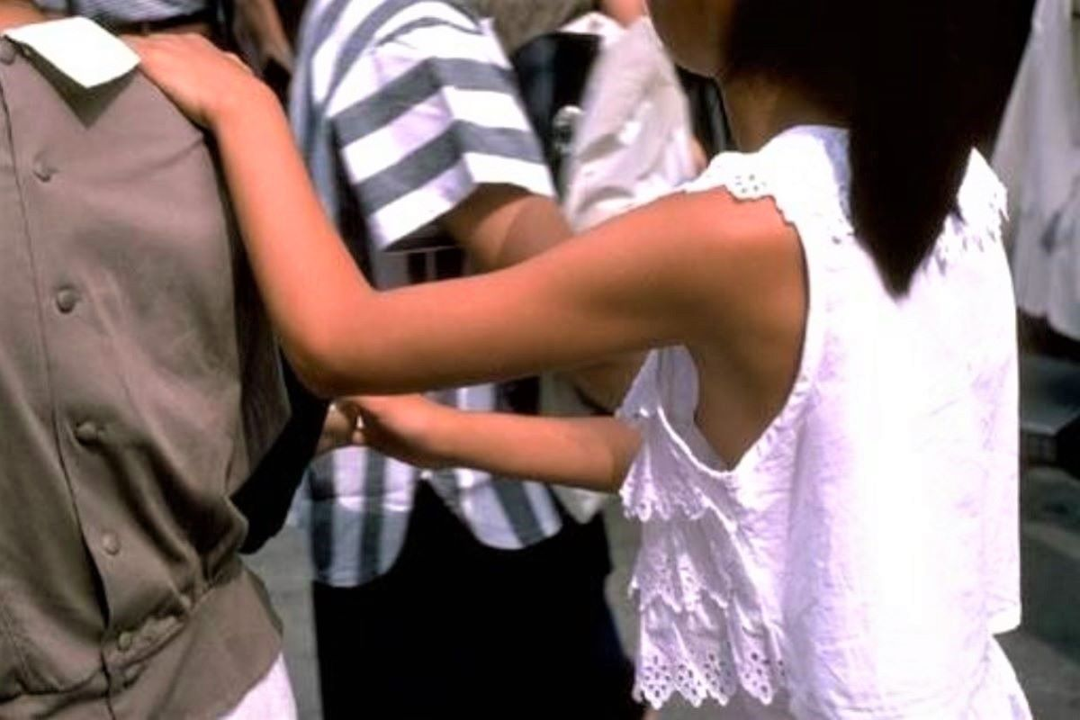 隙間から乳首チラしてる素人さん (6)