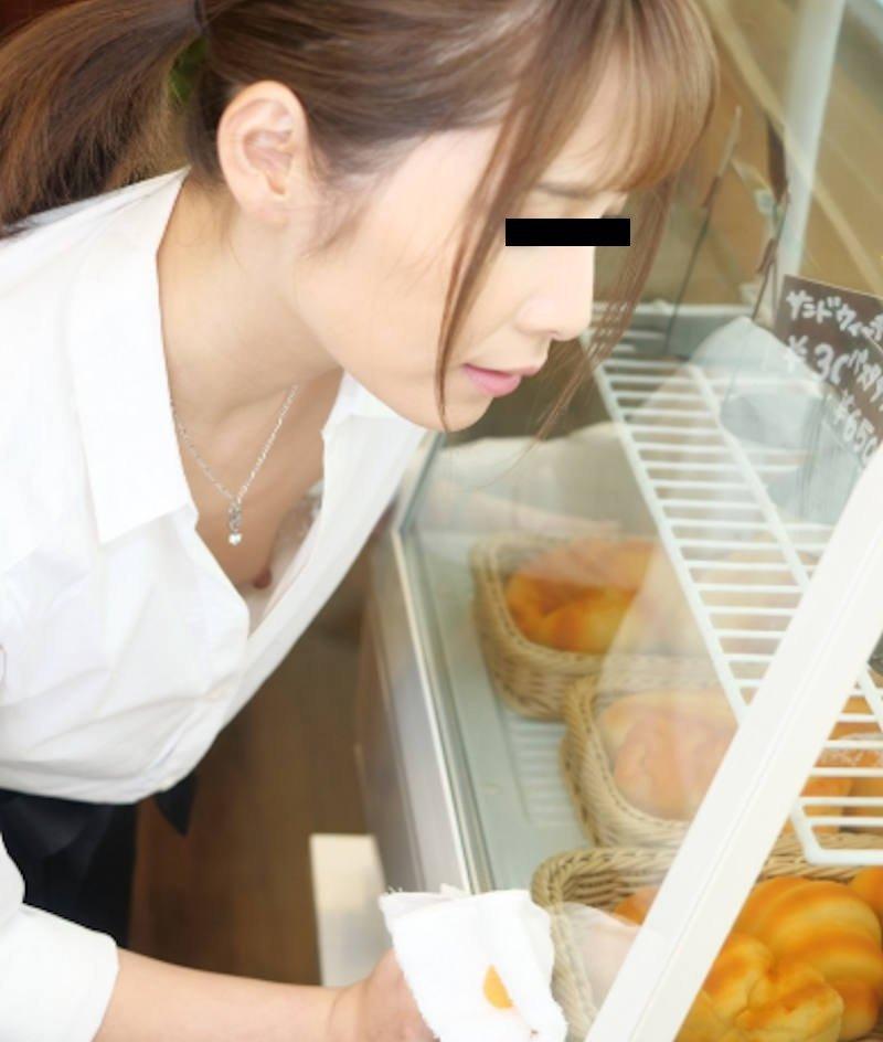 乳首チラしてる貧乳女性 (4)
