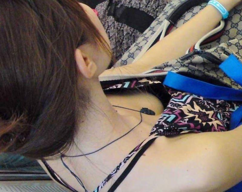 乳首チラしてる貧乳女性 (5)