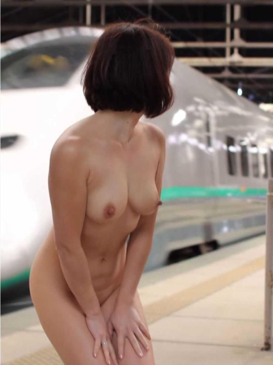 野外露出が大好きな女性 (9)
