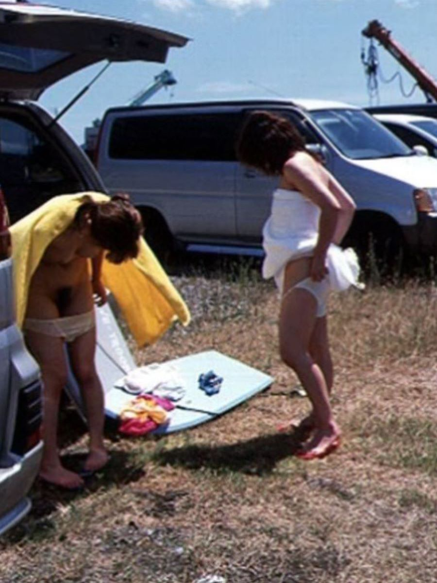 野外で脱衣してる裸の素人さん (15)