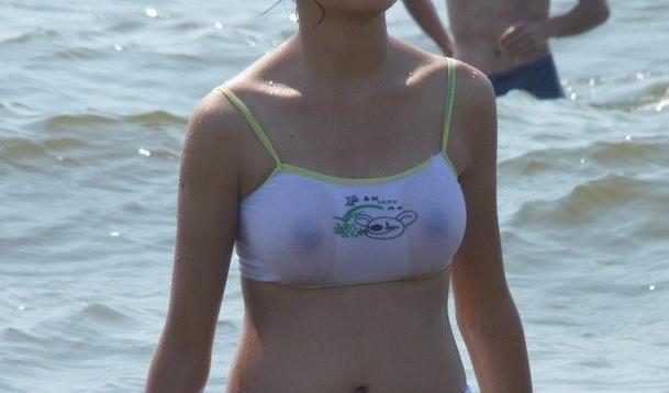 ビーチやプールで水着が透けてる女の子 (7)