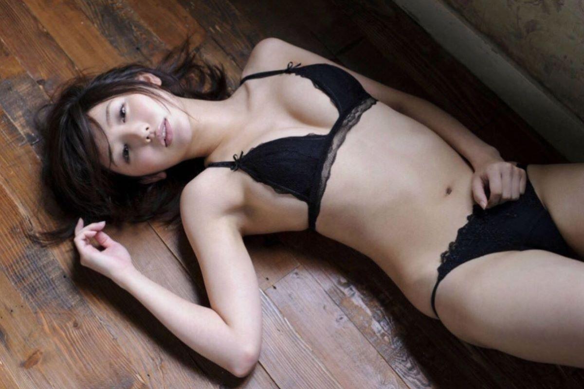 セクシーなランジェリーを着る女性 (14)