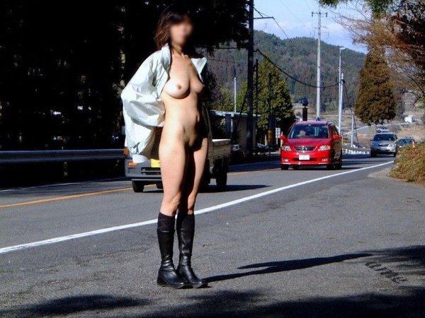 路上でヌードになる露出狂女性 (8)