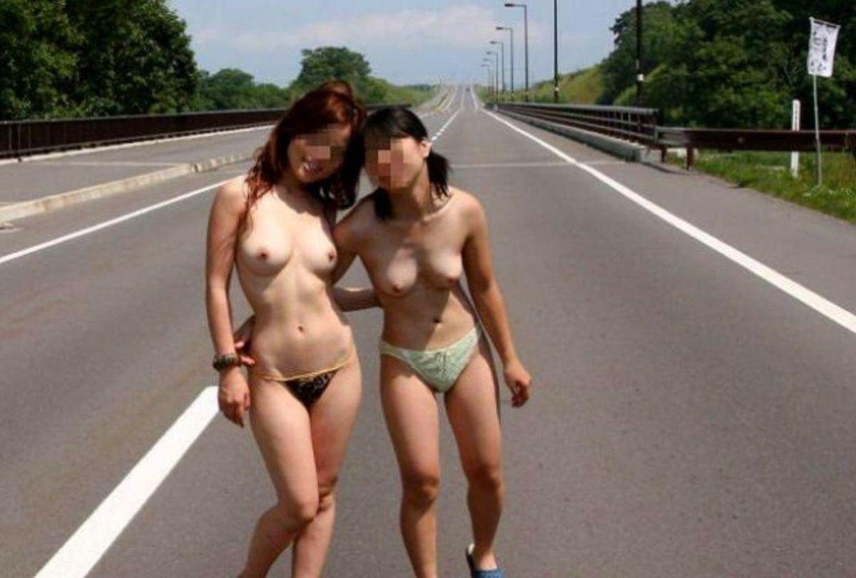 路上でヌードになる露出狂女性 (7)