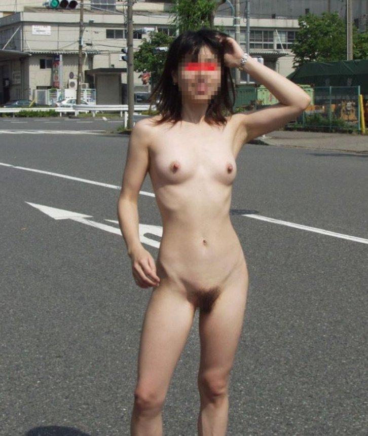 昼間の路上で裸になる変態女性 (18)
